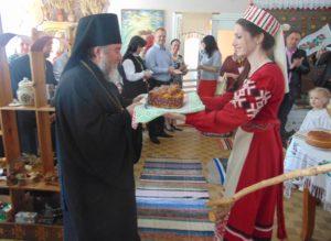 Пасхальный кулич вручает воспитатель дошкольного образования Суханова Лилия Сергеевна