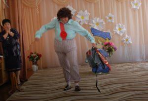 В зал с шумом входит Карлсон, в руках у него — портфель.