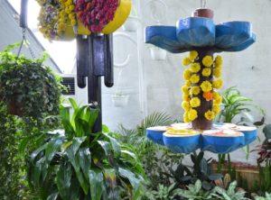 Вот такие кормушки приготовлены для крылатых обитателей сада