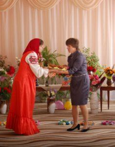Маша – От меня вам – пирожок! Просит: съешь меня, дружок! Обещаю не лениться,  Буду хорошо учиться!
