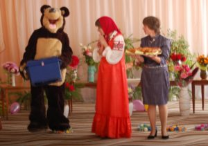 Медведь – Вас с Днем знаний поздравляю! Сундук с подарками вручаю. Хоть я совсем не Дед Мороз, Но подарки вам принес.