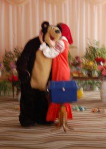 Маша - А я тебе на ухо скажу! (Шепчет) Медведь - Не может быть! Неужели я этого слова не говорил. Я же миллион слов сказал.
