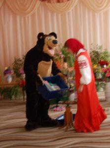 Медведь - Сейчас попробую! Сундучок, откройся, пожалуйста. Открылся!  Маша - Смотри-ка, тут подарки В таких обложках ярких!