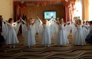 Сегодня в целом свете Праздник большой и светлый. Слушайте, мамы, слушайте: Вас поздравляют дети!